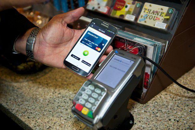 Der Bezahlvorgang ist nicht anders als mit einer Kreditkarte. In weiteren Ausbaustufen versprechen die Anbieter mehr Intelligenz und Funktionen über Apps.