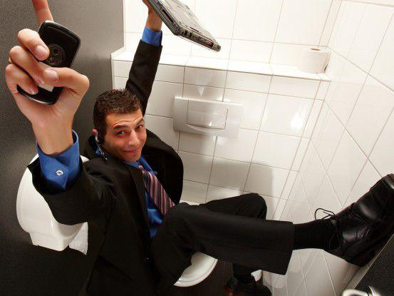 Manchmal nehmen Geschäftsleute ihr Handy sogar mit aufs Klo.(Foto: Daniel Schweinert/Fotolia.com)