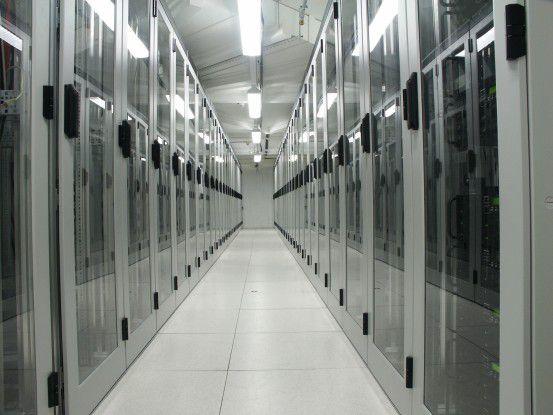 Server-Schränke in einem Rechenzentrum von 1&1