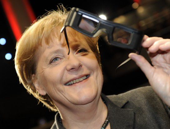 Angela Merkel machte der CeBIT-Start offenbar Spaß: Das Eröffnungs-Video verfolgte die Bundeskanzlerin in 3D.