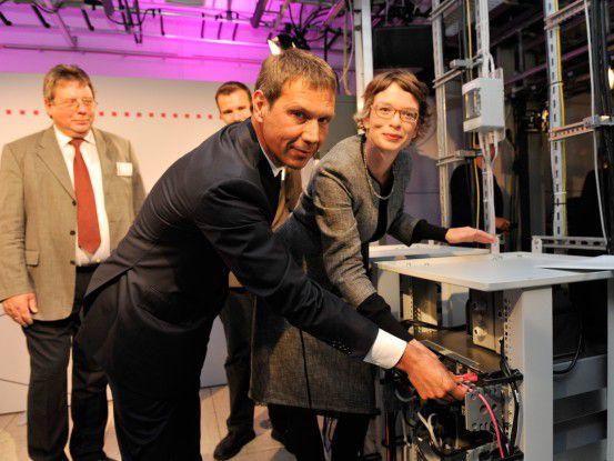 Nehmen erste 4G-Basisstation in Betrieb: Telekom-Chef René Obermann und Staatssekretärin Tina Fischer. Links: Bürgermeister Hans-Joachim Winter. (Fotos: Deutsche Telekom)