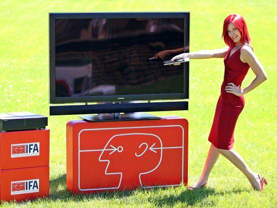 "Voll im IFA-Trend: Flache Fernseher (hier: Toshiba ""Cell Regza 55x1"")"
