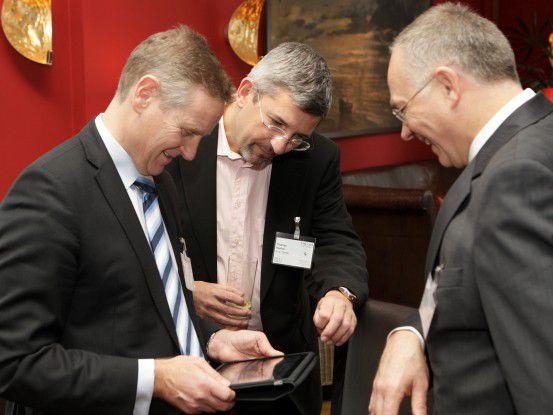 Das Tablet fasziniert auch CIOs (von links: Kenneth Lindstroem (Nokia Siemens), Thomas Henkel, (Amer Sports) Horst Westerfeld (Land Hessen.