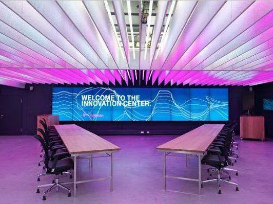 Das Innovation Center ist auch innen unscheinbar - bis auf die Videowand.