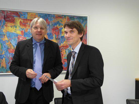 Wolfgang Dürr, Geschäftsführer von mikado soft, überreicht Thomas Nowey von der Krones AG die Siegerurkunde.