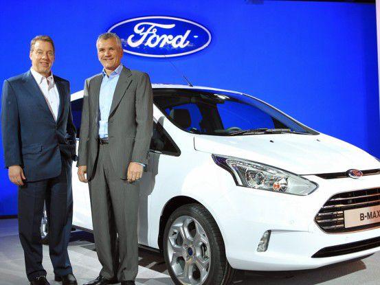 Verwaltungsratschef Bill Ford (links im Bild) und Paul Mascarenas, CTO bei Ford, vor dem neuen Ford B-MAX.