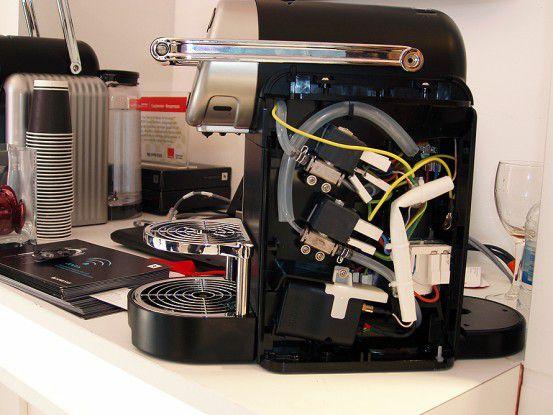 Nestle vernetzt seine Nespresso-Kaffeemaschinen. Das Mobilfunkmodul Ist unten links im Gehäuse angebracht.