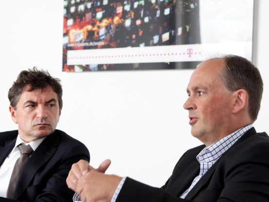 """Der """"Farmer"""" und sein Abnehmer: T-Systems-Geschäftsführer Ferri Abolhassan (links) im Gespräch mit Thorsten Broese, dem It-Service-Chef von BAT"""