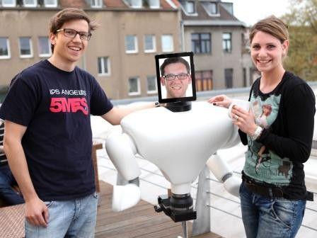 Daniel Schäfer und Laura Lasseur von der Kölner Antwerpes AG mit ihrem Roboter, der die Bewerber virtuell durch das Unternehmen führt.