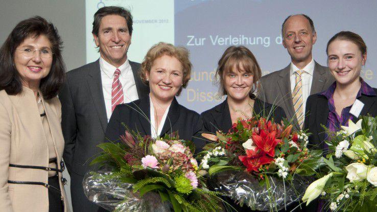 Cundus-Vorstände Barbara Lix, Peter Neisius und Gotthard Tischner ( Zweiter von rechts) mit den Gewinnerinnen Petra Maria Asprion, Elizaveta Kozlova und Verena Dorner.