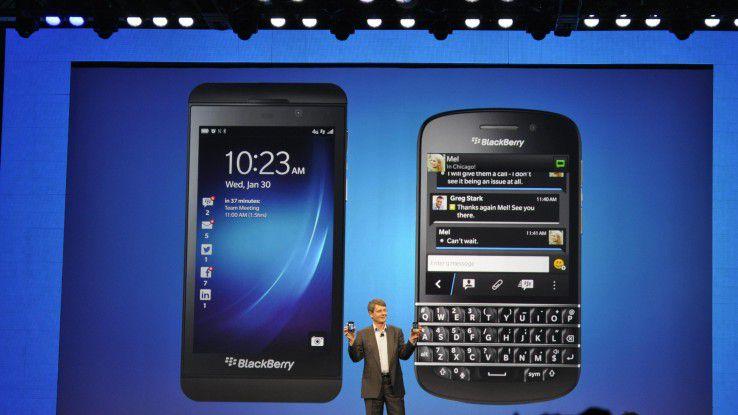 """RIM-Chef Thorsten Heins mit den neuen Blackberrys """"Z10"""" und """"Q10"""""""