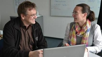 Mit Friedhelm Bergmann, Entwicklungsleiter bei Exact, bereitet Usability-Expertin Sandra Köpf den Kundenbesuch im oberschwäbischen Laupheim vor.
