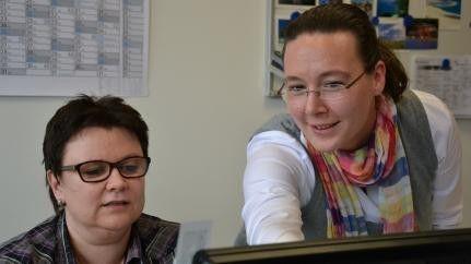 Sandra Köpf (rechts) auf Kundenbesuch bei Lohnbuchhalterin Ulrike Wagner.