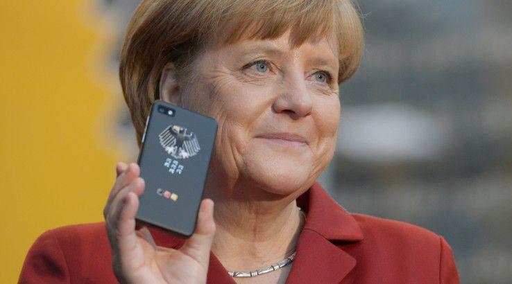 Auf der CeBIT 2013 fühlt sich Bundeskanzlerin Angela Merkel mit einem Blackberry Z10 noch sicher.