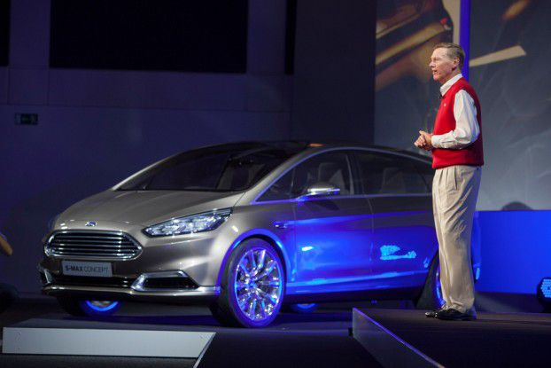 Ford-CEO Alan Mulally mit der Connected-Car-Studie S-Max Concept.