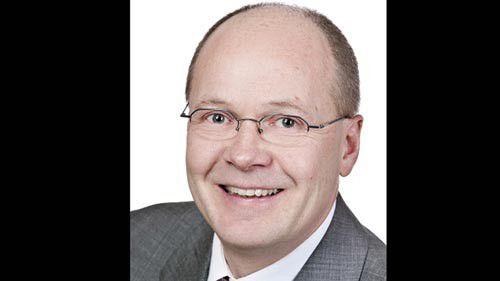 Dr. Volker Stiehl studierte Informatik an der Universität Erlangen-Nürnberg. Nach 12 Jahren als Entwickler und Berater bei Siemens begann er im Jahre 2004 seine Arbeit bei SAP in Walldorf. Er ist heute als Chief Product Expert Teil des Produktmanagementteams für SAP NetWeaver Process Integration. Volker Stiehl ist regelmäßiger Sprecher auf verschiedenen nationalen als auch internationalen Konferenzen. Zudem hält er Vorlesungen an der Universität Erlangen-Nürnberg und der Dualen Hochschule Baden-Württemberg Mosbach.