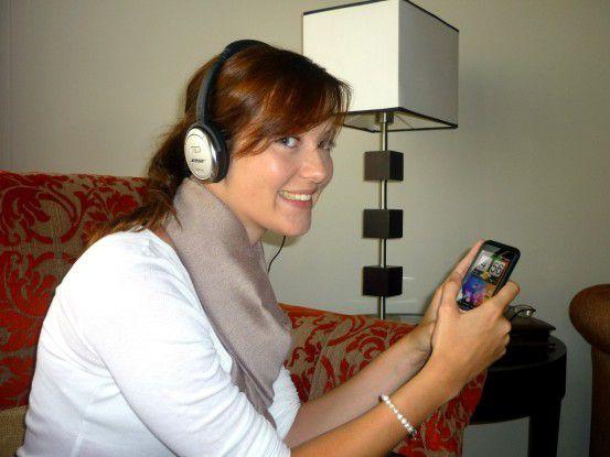 Bose QC3: Auch ein Audio-Only-Meeting via WLAN, nur per Smartphone und Kopfhörer, ist möglich. Aber das Kabel stört.