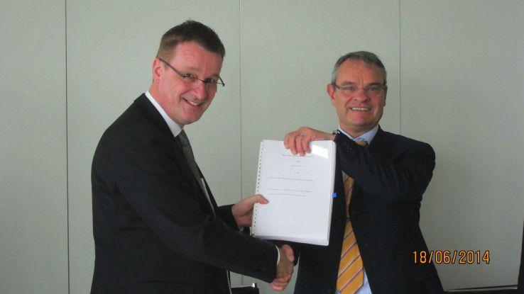 Uwe Schlager, Europa-Geschäftsführer von FPT (links) und Michael Neff, Geschäftsführer der RWE IT GmbH sowie CIO der RWE AG, bei der Vertragsunterzeichnung.