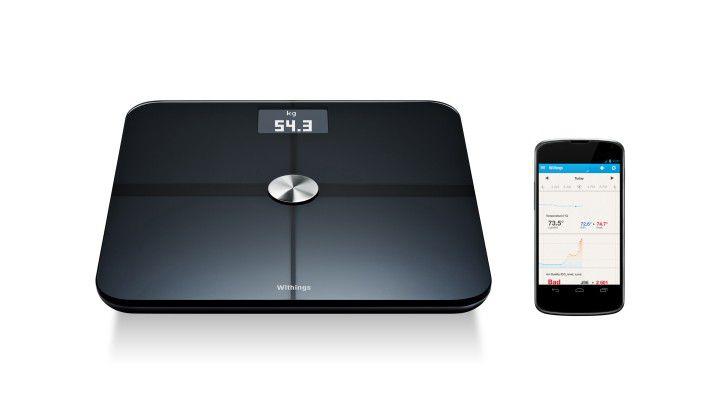 Die intelligente Waage Smart Body Analyzer funkt per WLAN an Smartphone-Apps oder empfängt Daten von Wearables. Die Waage kann sogar die Luftqualität im Raum messen und an die App funken.