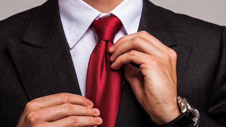 Etwas eleganter als gewöhnlich sollte man sich zur Weihnachtsfeier kleiden, empfiehlt Knigge-Experte Kai Oppel. Ist man doch overdressed, kann man die Krawatte schnell ablegen.