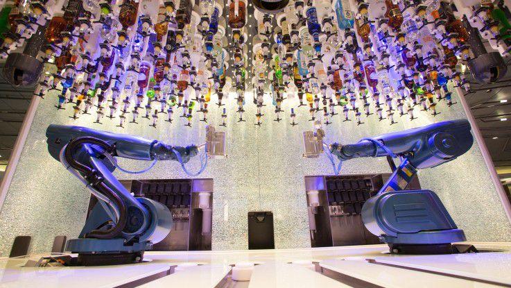 Für den richtigen Cocktail-Mix zeichnen zwei Kuka-Roboter verantwortlich.