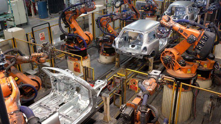 Software steuert die Roboter in den Transferstraßen.