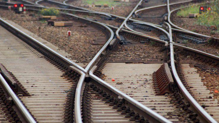 Gleise der Deutschen Bahn: Die Steuerungsanlagen könnten jederzeit von Hackern gekapert werden.