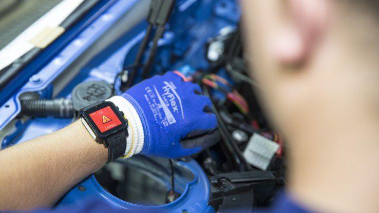 Eine Smartwatch in der BMW-Montagearbeit