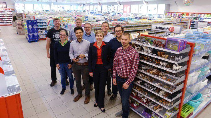 """CIO König mit dem Team """"Ladenhüter"""", das die Bestandsführung digitalisierte."""