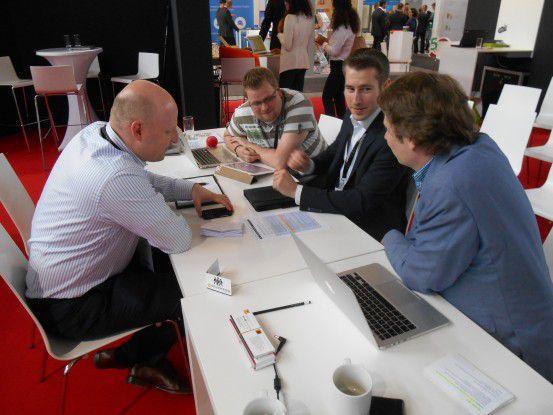 Die Jury ringt um die Schlussbewertung. (v.l. im Uhrzeigersinn: Jochen Fuchs (t3n), Michael Köster (KPMG/Bitkom), Jens Rothenstein (ECC Köln), Michael Hell (eCommerce-Experte)