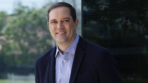 Chuck Robbins beerbet als Cisco-CEO John Chambers.