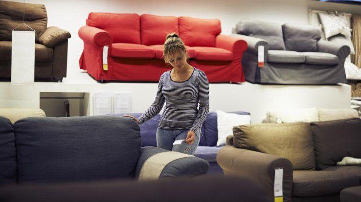 Einigen klassischen Einrichtungshäusern könnte der neue Trend zum Online-Möbel laut einer Studie zum Verhängnis werden.