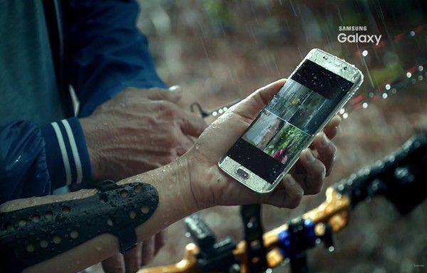 Der Videobeweis: Das Galaxy S7 ist wie das S5 wieder wasserdicht.