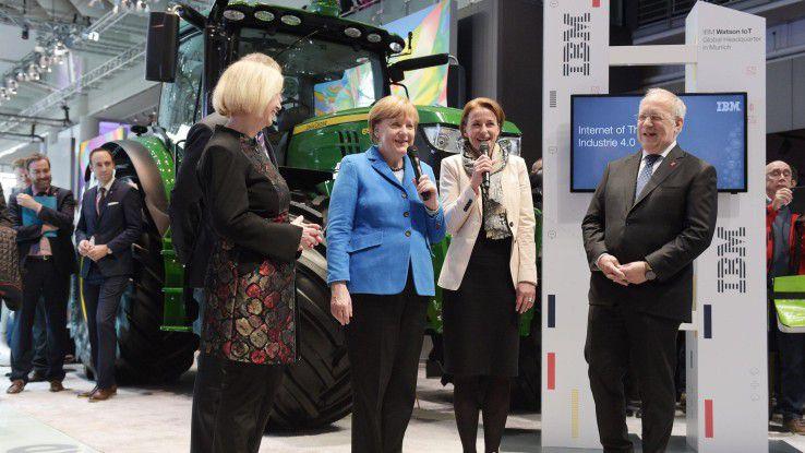 Angela Merkel bei ihrem traditionellen CeBIT-Rundgang im Jahr 2016.