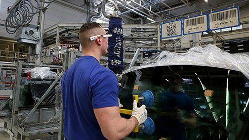 Im Volkswagen-Werk Wolfsburg ist die 3D-Datenbrille in der Kommissionierung seit Herbst im Serieneinsatz. Der Nutzer erhält im Sichtfeld der Brille alle Informationen wie den Entnahmeplatz oder die Teilenummer eingeblendet. Solche Brillen können auch personenbezogene Daten wie Bewegungsmuster erfassen. Ob der Arbeitgeber diese auch nutzen darf, um Leistung des Mitarbeiters zu kontrollieren, muss er mit dem Betriebsrat regeln.