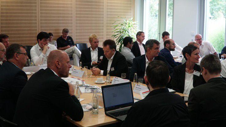 Gut besucht. Gleich an zwei Tischen diskutierten die Teilnehmer der IoT-Veranstaltung verschiedene Fragen des Internet of Things.