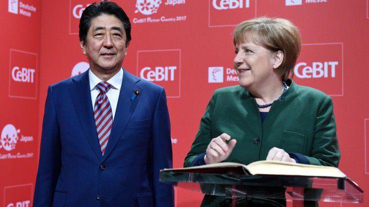 H. E. Shinzo Abe, Premierminister von Japan und Bundeskanzlerin Angela Merkel auf der Eröffnungsveranstltung der CeBIT.