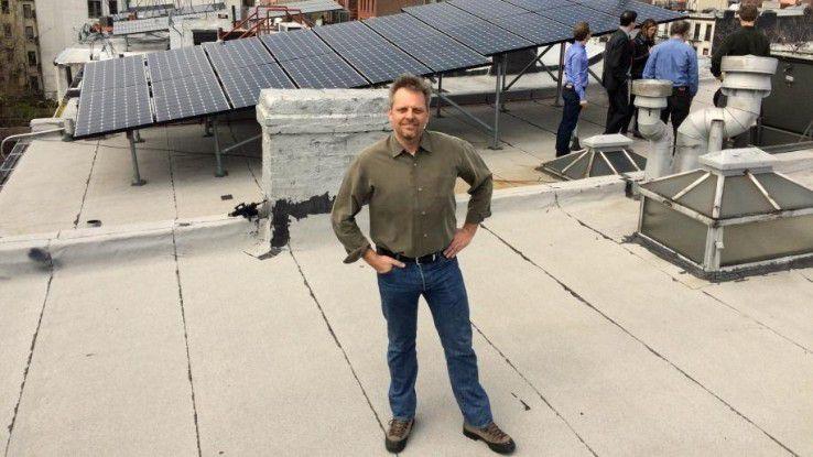 Lawrence Orsini, Gründer and CEO des Startups LO3 Energy, auf dem Dach eines Hauses in Brooklyn, das an das Microgrid angeschlossen ist.