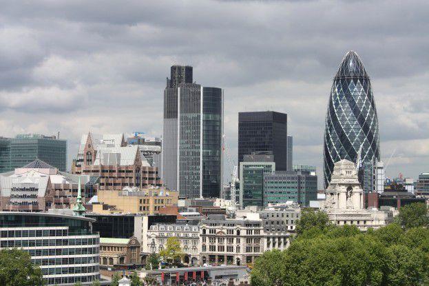 """Sir Norman Foster baute einst für die Swiss Re das zentrale Gebäude in London, das der Volksmund liebevoll """"die Essiggurke"""" nannte. Heute gehört """"The Gherkin"""" einem brasilianischen Milliardär."""
