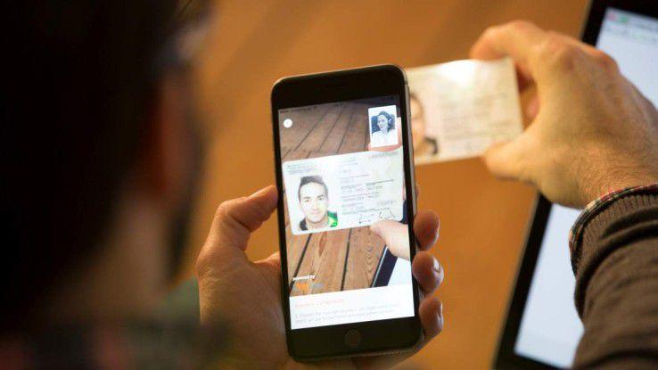 Personalausweis, eine Internetverbindung und ein Device mit Kamera. Dieses Equipment wird für eine Online-Identifikation benötigt.