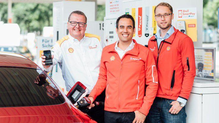 Die Shell-Manager Ulf Timmann und Emre Turanli sowie PayPal-Manager Sven Kappel bei der Vorstellung von SmartPay.