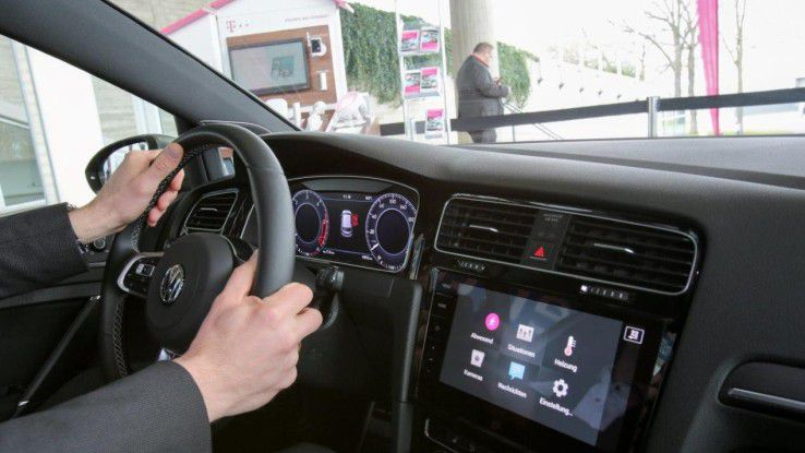 Per IoT lässt sich das Smart Home vom Auto-Dashboard aus steuern