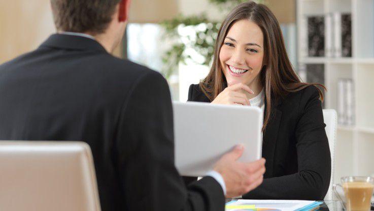 Mitten im Verkaufsgespräch: Bei den persönlichen Elementen der nonverbalen Kommunikation handelt es sich vor allem um Gestik, Mimik, Kleidung und Accessoires.