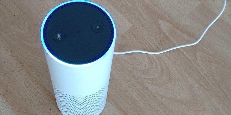 Der elektronische Butler Echo hat nur zwei Tasten, eine davon zum Stummschalten der Mikrofone. Per Drehring lässt sich zudem die Lautstärke manuell regeln.