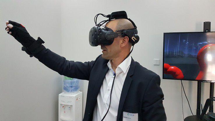 """Im """"VR Experience Room"""" beim Startup Noitom erlebten die IT-Executives, wie sich Virtual Reality künftig einsetzen lässt."""