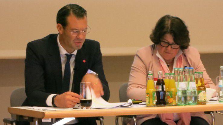 Dr. Rolf Werner, Head of Central Europe, und Vera Schneevoigt, Senior Vice President, informieren über Neuigkeiten bei Fujitsu.