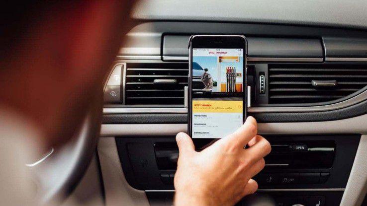 Mit Shell SmartPay können Autofahrer die Tankrechnung mobil direkt an der Zapfsäule bezahlen.