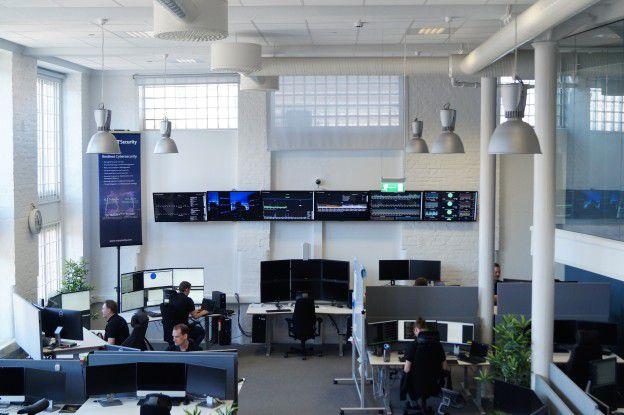 In sogenannten Security Operation Centern (SOCs) von NTT Security werden alle erfassten Cyber-Angriffe durch Spezialisten analysiert.