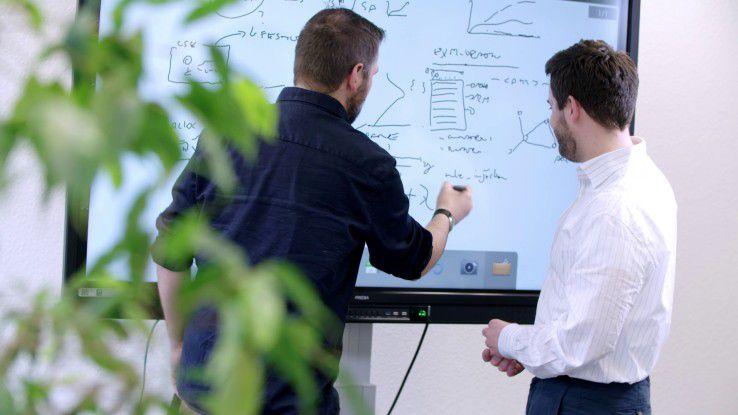 Männer, die auf Daten starren: Zwei Fraunhofer Data Scientists planen Datenstrukturen und Analysemethoden.