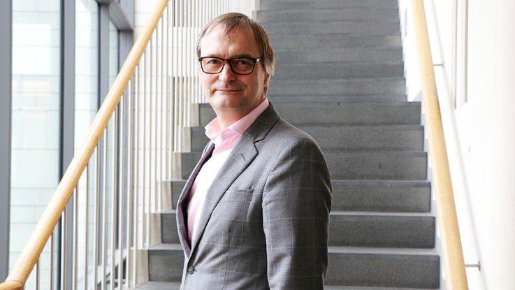 »Mit dem ersten Digitalprojekt beseitigt der DKV alle Formulare beim Kunden und strebt eine End-to-End-Automatisierung aller Prozesse an. Hauptziel sind weniger die Kostenersparnis, sondern der Benutzerkomfort und die Kundenzufriedenheit.« Hendrik Rosenboom, Chief Digital Officer, DKV